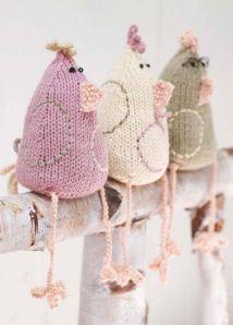 Drie kleine kippetjes zaten op een hek